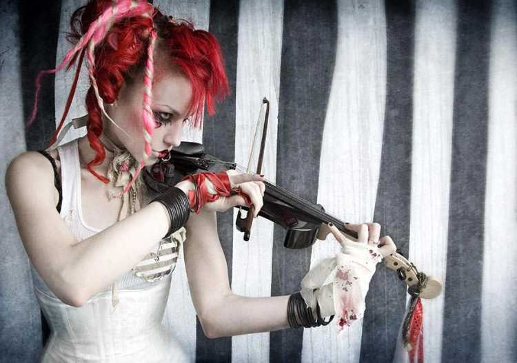 Emilie Autumn playing violin